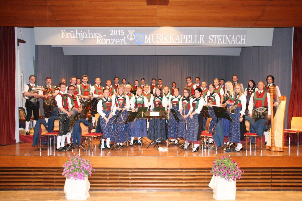 Gruppenfoto der MK Steinach beim Frühjahrskonzert 2015 im Wipptalcenter